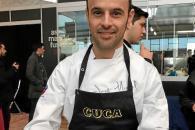 José Miguel Bonet mostrando ante la cámara su ensalada líquida de mejillones escabechados. Foto: SILVIA CASTILLO
