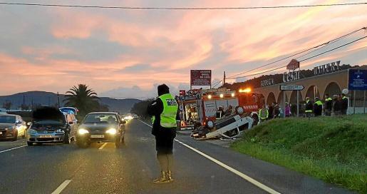 La carretera de Santa Eulària vivió ayer a primera hora de la mañana un aparatoso accidente.