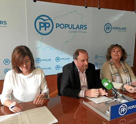 Los consellers Pepa Costa, Mariano Juan y Belén Torres atendieron ayer a los medios.