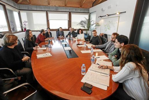Los miembros de la Junta Rectora del Consorci se reunieron ayer por la tarde en la sede del Ayuntamiento de Vila en Can Botino. g Foto: DANIEL ESPINOSA.