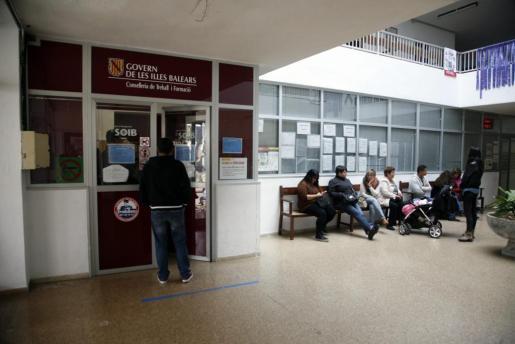 Imagen de una oficina del paro en Menorca.