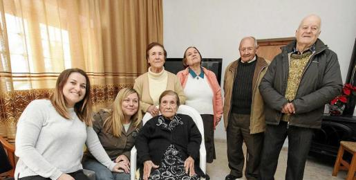 Una imagen de Agnès con sus familiares, ayer. Foto: D. E.