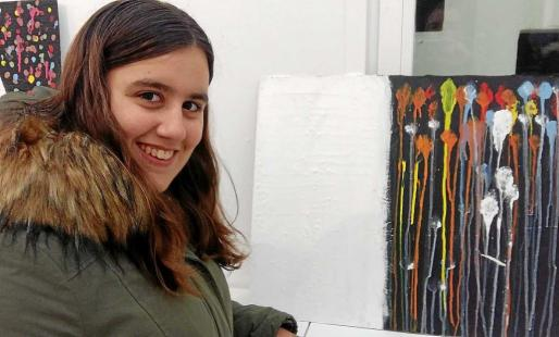Aroa Borja muestra su obra 'Dos vistas', dividida en dos partes, una blanca y otra negra con trazos de color. Foto: DAVID SETBETES