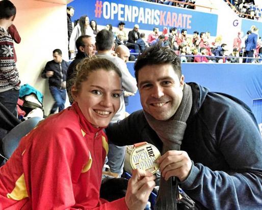 Cristina Ferrer, a la izquierda, posa sonriente con su medalla. Foto: FACEBOOK