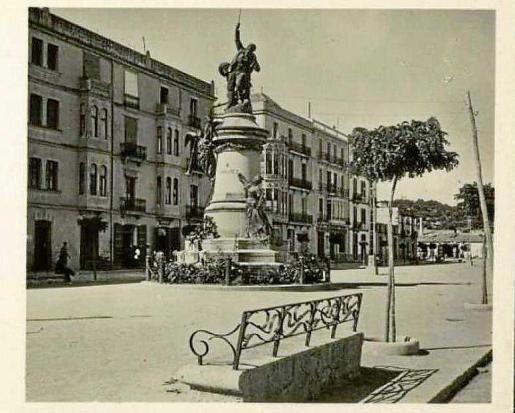 Instantánea de la ciudad de Ibiza en manos de la colección Tomàs Mallol, en el Ayuntamiento de Girona, y de autor desconocido.