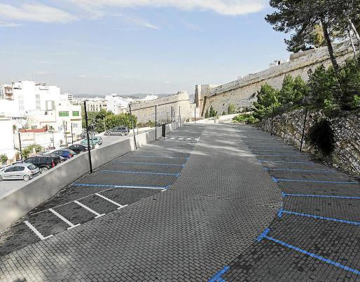 Las plazas de aparcamiento ubicadas junto al parque Reina Sofía están habitualmente vacías desde que el pasado 1 de enero se convirtieron en zona azul.