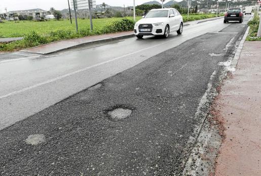 El asfalto de la travesía de Jesús presenta numerosos desperfectos que podrían estar ocasionadas por las deficiencias del material usado.