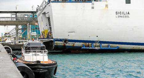 Imagen del buque Sicilia, que atracando se golpeó en la popa con los duques de Alba, lo que provocó un boquete en el casco del barco. Foto: T. E.
