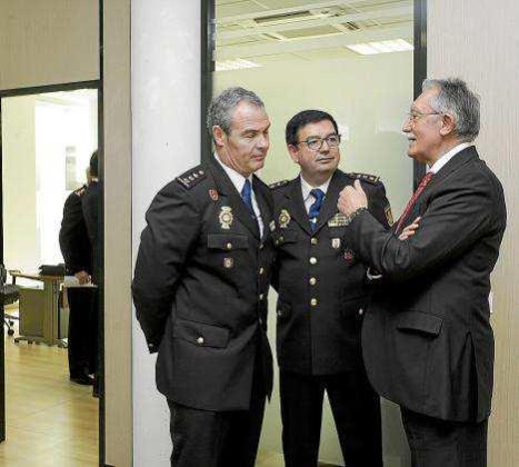 Roger Sales conversa con los excomisarios José Luis Garau y José Luis Santafé. Foto: D. ESPINOSA