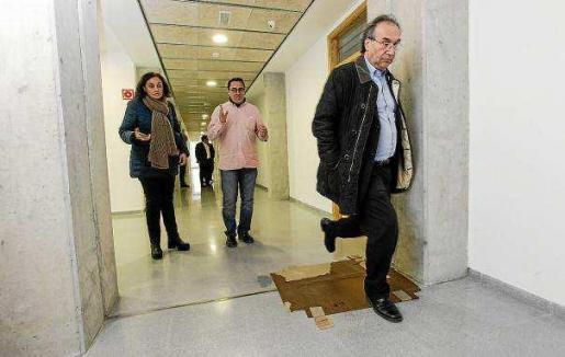 El conseller sorteando las goteras del IES Quartó del Rei, en la visita de la semana pasada. Foto: DANIEL ESPIINOSA