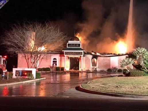 Imágenes de las llamas consumiendo la mezquita de la comunidad islámica de Victoria, Texas.