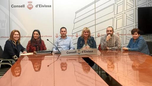 Marta Díaz, vicepresidenta del Consell, en el centro, acompañada de algunos de los diseñadores que participarán este fin de semana en la Feria Internacional de Moda de Madrid.