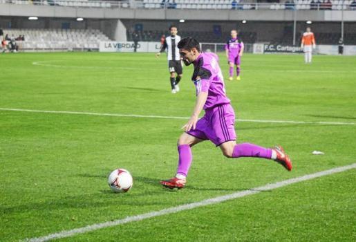 Javi Gallardo, nuevo lateral de la Peña Deportiva, en una acción de juego con la elástica de la Balompédica Linense, club del llega en calidad de cedido.