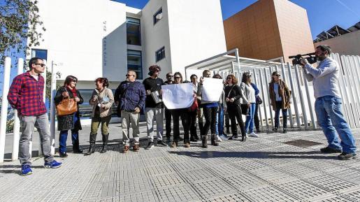 Los trabajadores se concentraron a mediodía ante las puertas de la residencia Can Raspalls, en Sant Jordi. g Fotos: DANIEL ESPINOSA