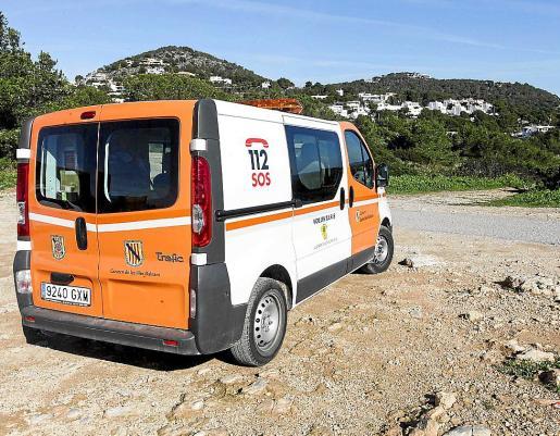 La escarpada zona de Cap Martinet fue inspeccionada ayer por efectivos de Protección Civil y de Emergencias.