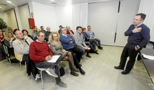 Unas 25 personas asistieron a la reunión celebrada en las oficinas municipales de Sant Jordi, donde ejerció de anfitrión el alcalde, Josep Marí Ribas 'Agustinet'. Foto: D. ESPINOSA