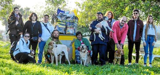 Momento en que la protectora Ibiza 4 patas recibe el donativo del proyecto ECOCEPA. g Foto: TONI ESCOBAR