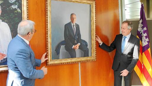 El expresidente del Consell d'Eivissa descubre su propio retrato, acompañado de su predecesor en el cargo, Vicent Torres.