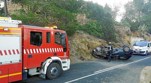 El coche quedó volcado ocupando un carril de la carretera que une Sant Josep y Sant Agustí. g Foto: BOMBERS D'EIVISSA