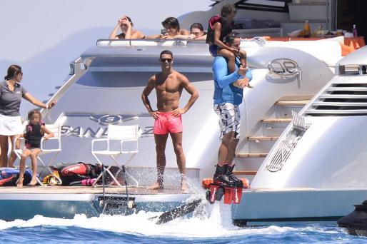 Cristiano Ronaldo en su yate durante el pasado verano en aguas de Ibiza. Foto: ES VEDRÀ PHOTO
