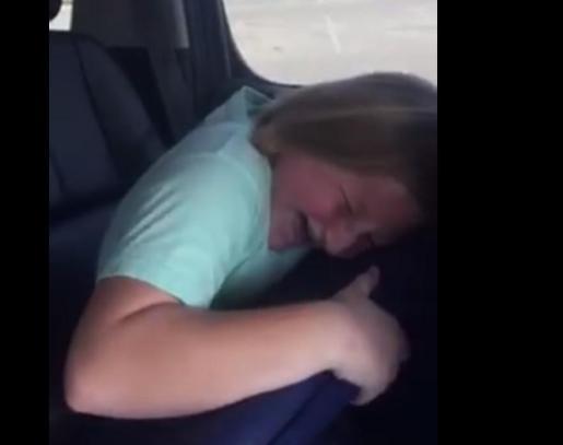 En la imagen, la niña de 10 años llorando de emoción al recibir su escopeta.