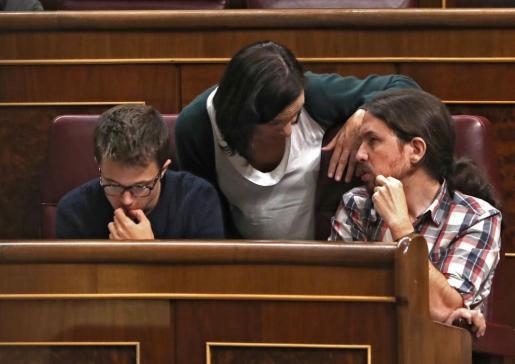 Los diputados de Unidos Podemos, Íñigo Errejón, Carolina Bescansa y Pablo Iglesias, de izda a dcha, en el Congreso de los Diputados.