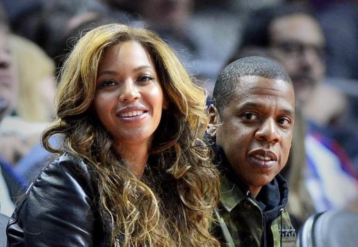 Fotografía de archivo fechada el 22 de enro de 2015 que muestra a la cantante estadounidense Beyonce Knowles (i) junto a su marido Jay Z (d) viendo un partido de baloncesto de la NBA en Los Ángeles.