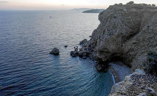 Un voluntario que colaboraba en la búsqueda halló el cuerpo flotando en las proximidades de sa Punta des Andreus, muy cerca de Cap Marttinet.