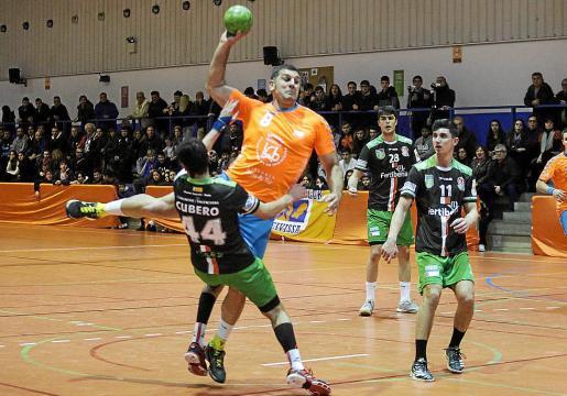 Miguel Ángel Olea intentando ejecutar un lanzamiento a la portería rival.