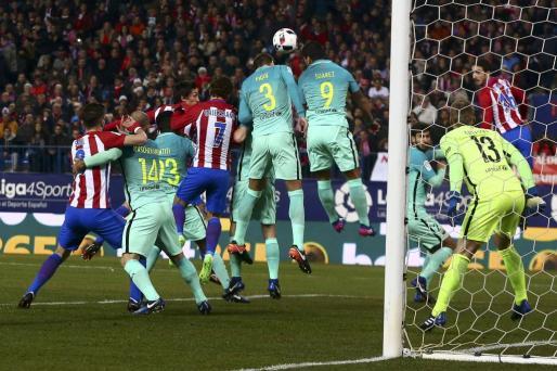 Un lance del juego entre el Barcelona y el Atlético durante el partido de ida de la primera semifinal de la Copa del Rey.