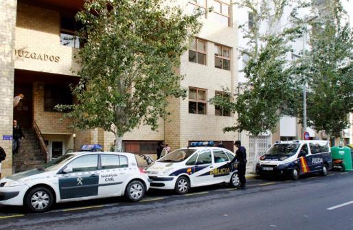 Imagen de archivo de vehículos de la Policía frente a los Juzgados de Ibiza. Foto: MARCO TORRES