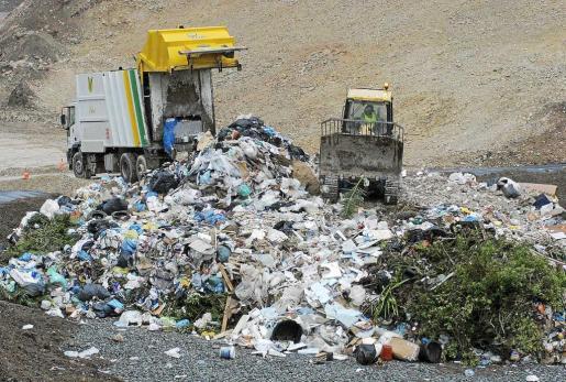 Una imagen de archivo de un camión descargando basura en el vertedero de Ca na Putxa.