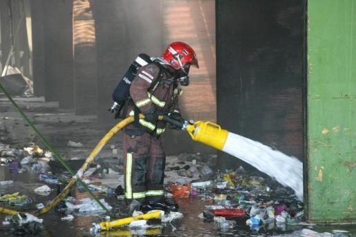 Imagen de un bombero, trabajando en sofocar un fuego.