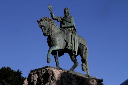 Estatua del rey Jaume I a caballo, que preside la plaza de España de la capital balear.