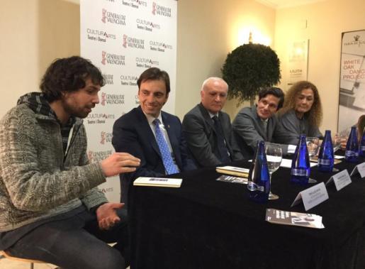 Los representantes institucionales de Mallorca y Valencia, y el autor de la obra, en la presentación del proyecto que aterriza en el Teatro Rialto.