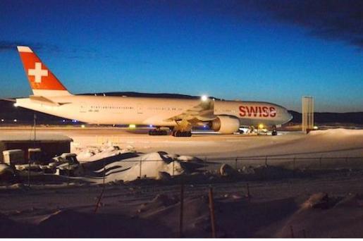 Imagen del periódico local Nunatsiaq News que muestra a la aeronave rodeada de nieve tras aterrizar en el aeropuerto de Iqaluit.