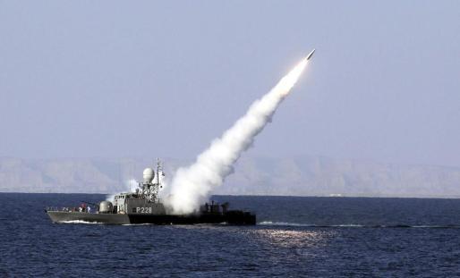 Un misil de alcance intermedio tierra-aire antiradar es lanzado desde un buque de la Armada iraní durante unas maniobras militares en el mar de Omán.