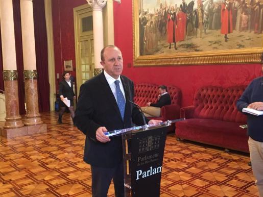 El portavoz socialista en el Parlament, Andreu Alcover, atiende a los medios de comunicación.