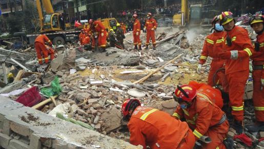 Miembros de los servicios de emergencia buscan víctimas entre los escombros-