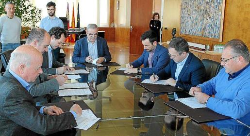 Marc Pons, Vicent Torres y los alcaldes firmando el convenio ayer en el Consell.