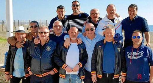▲ Siempre juntos. Los veteranos de la Peña Deportiva pueden presumir de amistad. Año tras año salen de la isla para disputar un partido amistoso.
