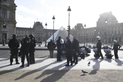Imagen de la zona del museo del Louvre tomada por policías y militares, que ha sido facilitada por el Ministerio del Interior tras el ataque.