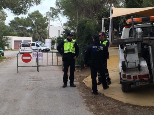Los agentes de la Policía Local de Sant Josep ya están en el lugar para cerrar el acceso. Foto: Toni Escobar.