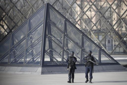 Agentes de policía montan guardia en los alrededores del museo Louvre en París (Francia) este viernes 3 de febrero de 2017.