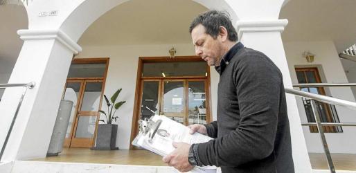 Edgardo Milessi se reunió ayer con el alcalde de Sant Josep, Josep Marí Ribas 'Agustinet', para trasladarle personalmente su situación. Foto: DANIEL ESPINOSA