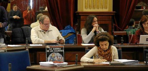 En la fila de atrás, Aitor Morrás, Baltasar Picornell y Laura Camargo en el último pleno del Parlament. Foto: JOAN TORRES