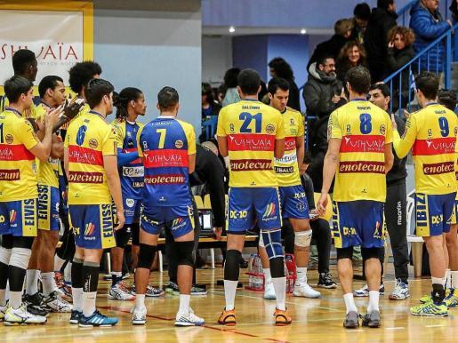 Los integrantes del Ushuaïa Ibiza Voley, durante un tiempo muerto en el partido contra el Barcelona.