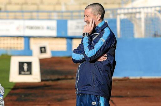 Ibon Begoña, entrenador del Ciudad de Ibiza, atento al partido de la jornada anterior contra el Esporles.