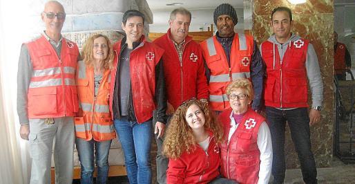 Enrique Climent, presidente de la Cruz Roja de Eivissa, junto a algunos de sus voluntarios.