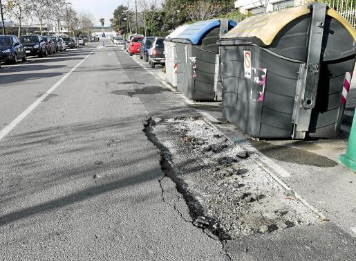 Imagen del deterioro del asfalto en la calle de es Raspallar de Vila.